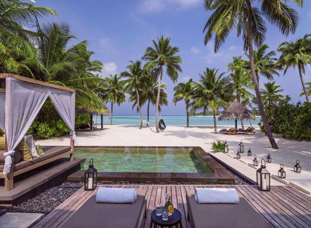 Die Terrasse sowie der Pool der Grand Beach Villa Pool